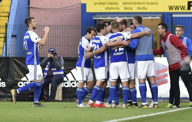 Fotbalisté Mladé Boleslavi se radují z gólu v nadstavbové části ligy.
