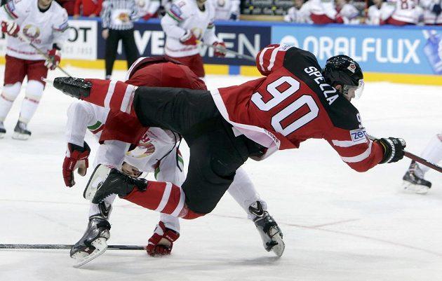 Kanaďan Jason Spezza (vpravo) v drsném souboji s Olegem Jevenkem z Běloruska.