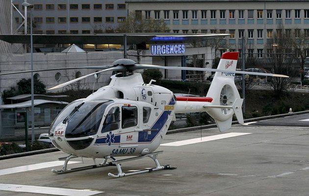 Helikoptéra před nemocnicí v Grenoblu, kam byl transportován Michael Schumacher.