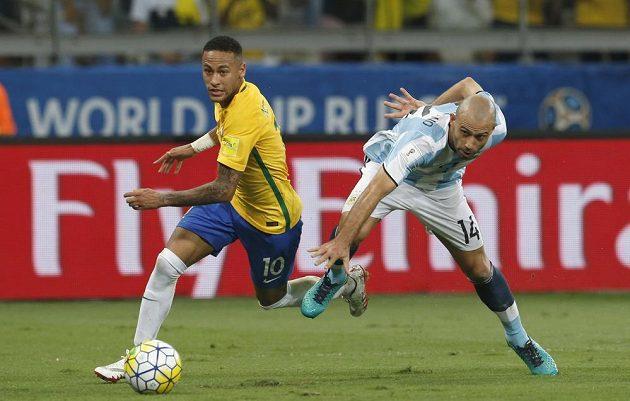 Brazilec Neymar (vlevo) a Argentinec Javier Mascherano.