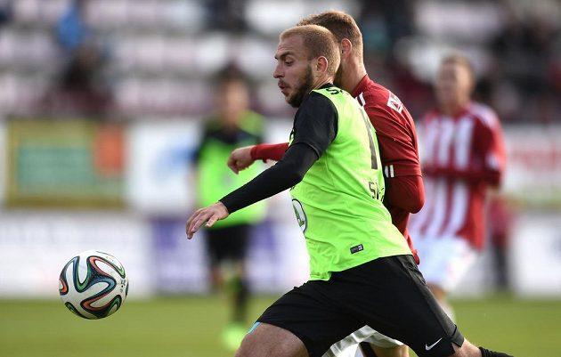 Jiří Skalák z Mladé Boleslavi (vpředu) během utkání osmifinále Poháru FAČR s Viktorií Žižkov.