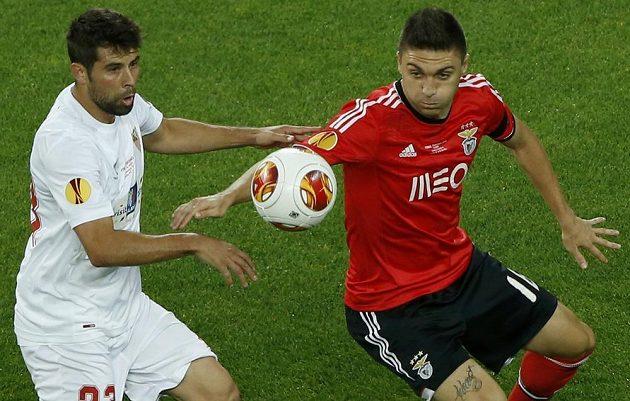Coke z FC Sevilla (vlevo) a Guilherme Siqueira z Benfiky.