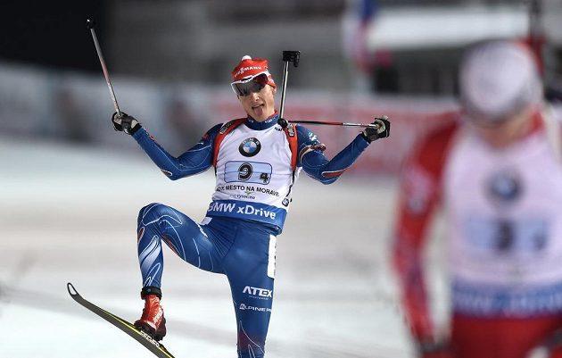 Ondřej Moravec oslavuje druhé místo během závodu smíšených štafet v rámci SP ve Vysočina areně.