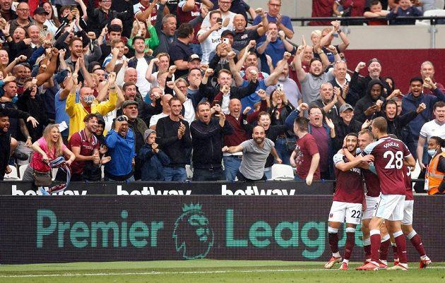 Fotbalisté West Hamu se radují z branky