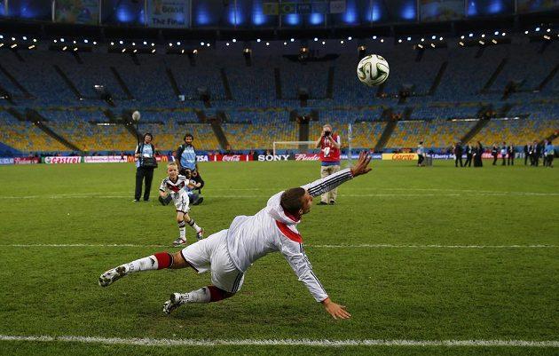 Tribuny už jsou prázdné. Lukas Podolski si ale ještě kopal se synem Gabrielem.