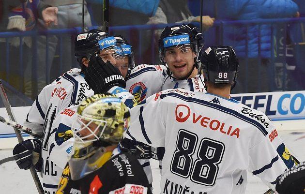 Hokejisté Vítkovic se radují z gólu proti Litvínovu.