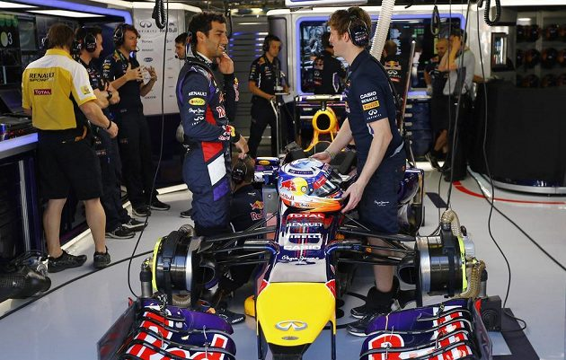 Ricciardo (vlevo) ze stáje Red Bull v diskuzi s jedním z techniků.
