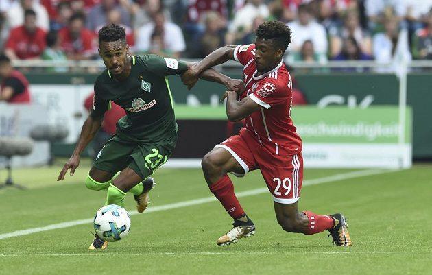 Kingsley Coman z Bayernu Mnichov v souboji s Theodorem Gebre Selassiem z Werderu Brémy během bundesligového utkání, které Bayern vyhrál 2:0.