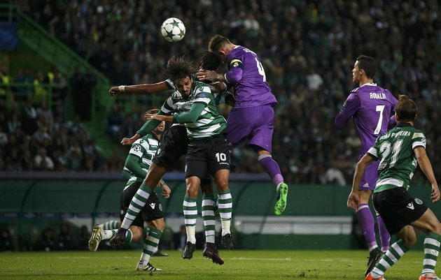 Stoper Realu Madrid Sergio Ramos (třetí zprava) se snaží přes obranu Sportingu hlavičkovat na bránu.