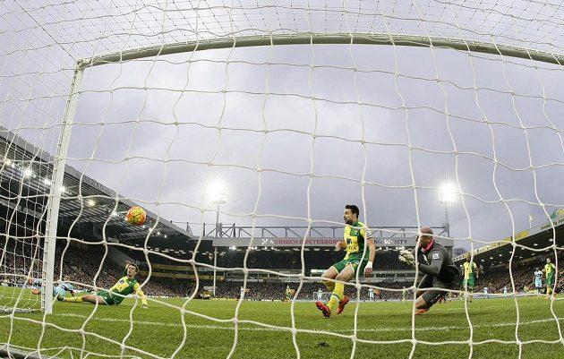 Dimitri Payet z West Hamu ve skluzu skóruje proti Norwichi v zápase anglické Premier League.