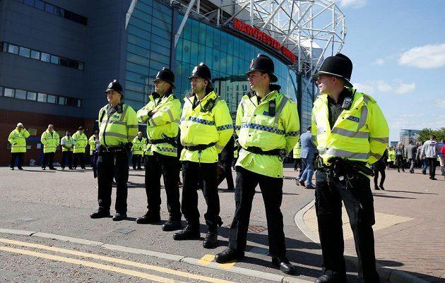 Policisté před stadiónem Old Trafford, kde byl kvůli hrozbě výbuchu odložen nedělní zápas mezi Manchesterem United a Bournemouthem.