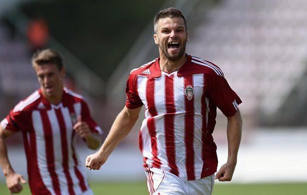 Záložník Viktorie Žižkov Miroslav Podrazký oslavuje gól.