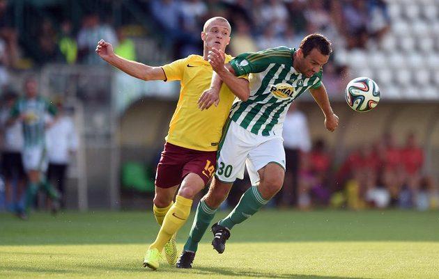 Útočník Sparty Praha Martin Nešpor (vlevo) a obránce Bohemians Erich Brabec během utkání 1. kola Synot ligy.
