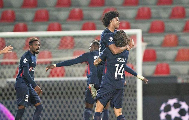Fotbalisté Midtjyllandu se radují během odvety play off Ligy mistrů proti Slavii.