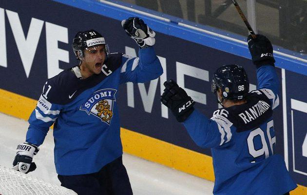 Finská radost. Valtteri Filppula (vlevo) se raduje z gólu v síti českých hokejistů v utkání mistrovství světa. Gratulovat mu přijíždí spoluhráč Mikko Rantanen.