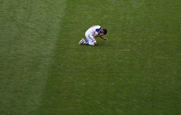 Rus Samedov zůstal otřesený na trávníku po ostrém souboji s belgickým obráncem Thomasem Vermaelenem.