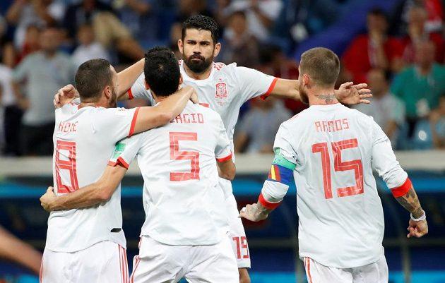 Španěl Diego Costa slaví se spoluhráči vyrovnání na 2:2 v duelu s Portugalskem na MS. Přestřelka však zdaleka nebyla u konce...