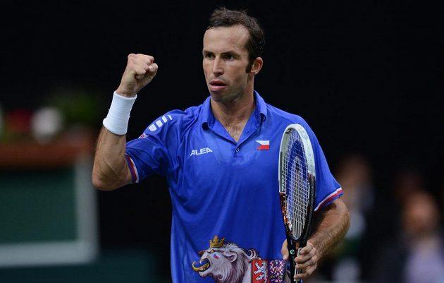 Tenista Radek Štěpánek oslavuje vítězný set během prvního utkání semifinále Davis Cupu proti Juanu Mónakovi.