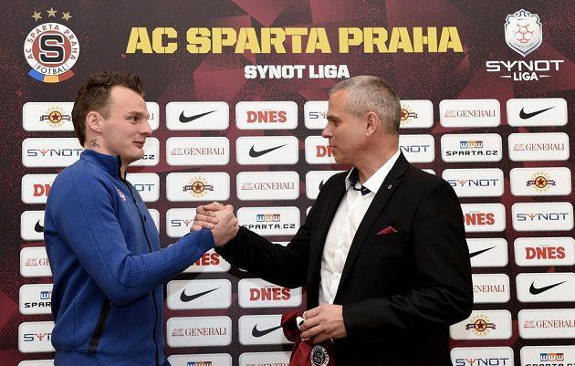 Útočník Jakub Řezníček (vlevo), nová posila Sparty, si podává ruku s koučem Vítězslavem Lavičkou.