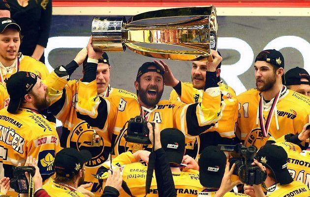 Hráči Litvínova se radují z vítězství. S pohárem Martin Ručinský.