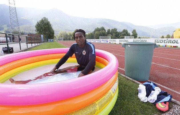 Sparťanský obránce Costa se ochlazuje v bazénku v rámci italského soustředění v Brunecku.