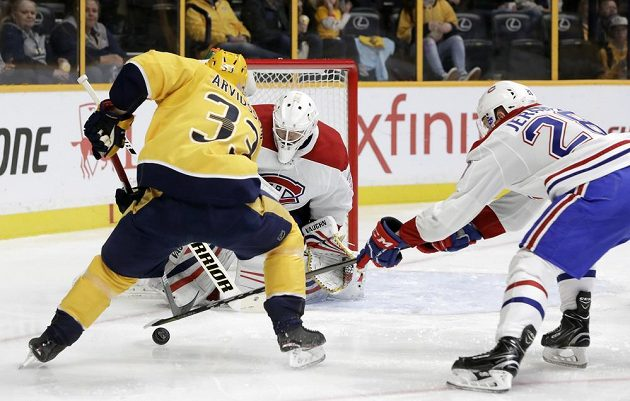 Jakub Jeřábek z Montrealu se snaží vypíchnout puk Victoru Arvidssonovi z Nashvillu.