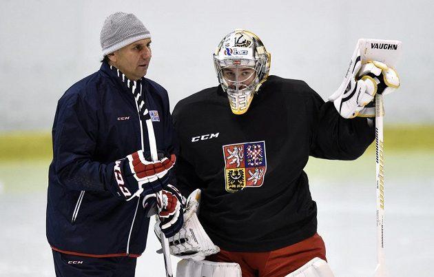Trenér Vladimír Růžička (vlevo) a brankář Pavel Francouz během tréninku české hokejové reprezentace.