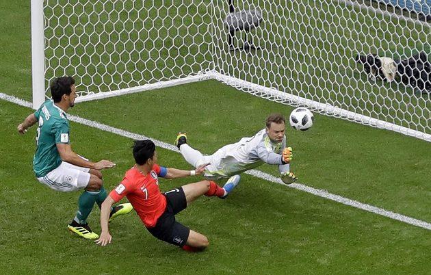 Manuel Neuer měl plné ruce práce. Ve velké šanci se ocitl fotbalista Jižní Koreje Son Heung-min, německého gólmana ale nepřekonal.