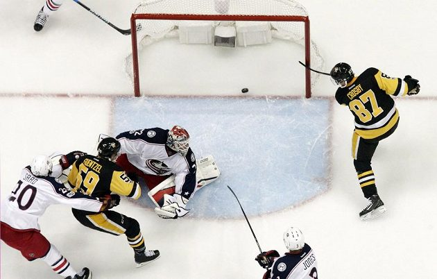 Sidney Crosby (vpravo)vstřelil svůj padesátý gól v play off do sítě brankáře Columbusu Bobrovského.