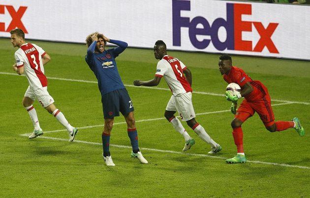 Marouane Fellaini z Manchesteru United se chytá za hlavu poté, co neproměnil svou šanci.