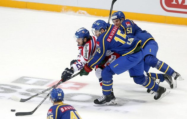 Švédská dvojice Mattias Sjögren a Jonas Ahnelov se snaží zastavit pronikajícího Milana Zaťoviče.