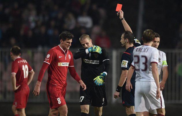 Rozhodčí Pavel Královec vylučuje brankáře Brna Václav a Hladkého.