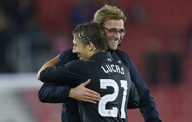 Záložník Liverpoolu Lucas Leiva se objímá s trenérem Jürgenem Kloppem po vysoké výhře v Southamptonu.