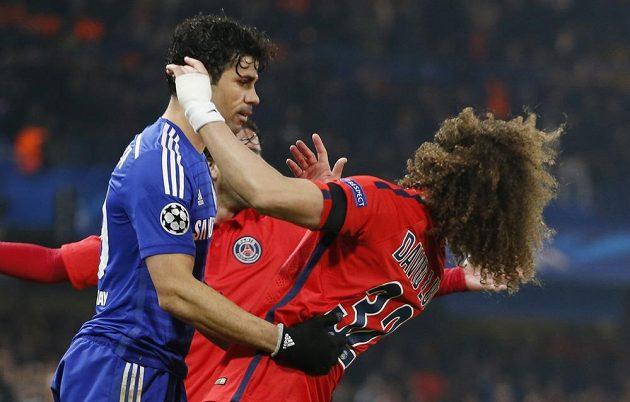 David Luiz (vpravo) v kontaktu s Diegem Costou z Chelsea.