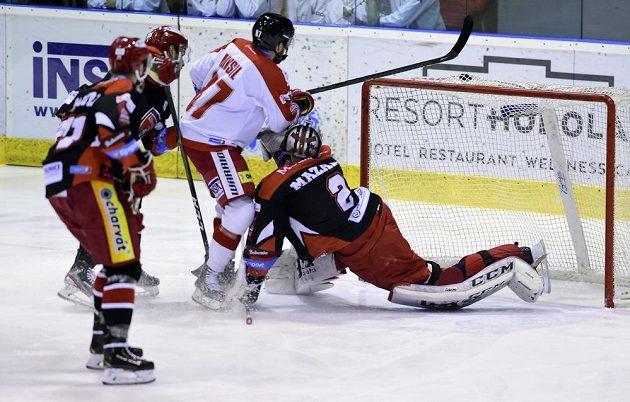 Hokejista Pavel Musil z Olomouce dává gól.