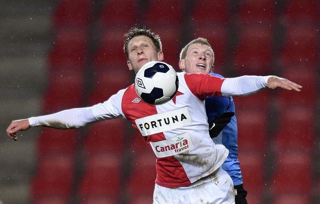 Slávistický útočník Milan Škoda (vpředu) v souboji s mladoboleslavským záložníkem Janem Šislerem v utkání 20. kola Synot ligy.