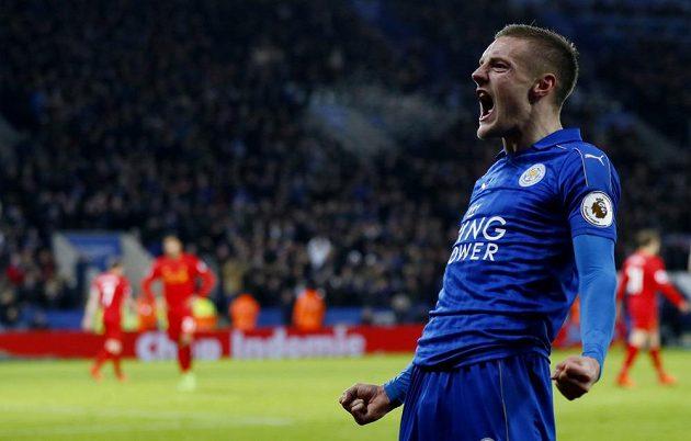 Kanonýr Leicesteru Jamie Vardy slaví jeden ze svých gólů proti Liverpoolu.