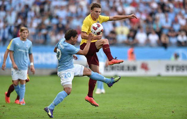 Záložník pražské Sparty Bořek Dočkal bojuje o míč s Ricardinhem z Malmö.