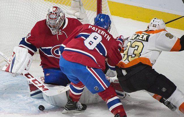 Jakub Voráček (93) z Philadelphie se chce dostat k puku, cestu mu zamezil obránce Montrealu Greg Pateryn (8).