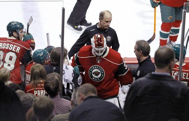 Gólmana Minnesoty Wild Niklase Bäckströma odvádějí z ledu do kabin.