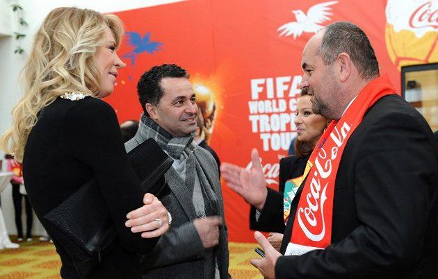 Předseda FAČR Miroslav Pelta (vlevo), herec a moderátor Martin Dejdar a Diana Kobzanová během navštevy trofeje FIFA v Praze.