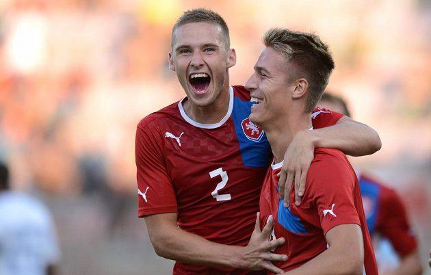 Pavel Kadeřábek (vlevo) a Ondřej Petrák oslavují jediný gól jedenadvacítky v přátelském utkání proti Nizozemsku.