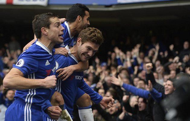 Radost fotbalistů Chelsea. Zcela vpravo autor prvního gólu Marcos Alonso.