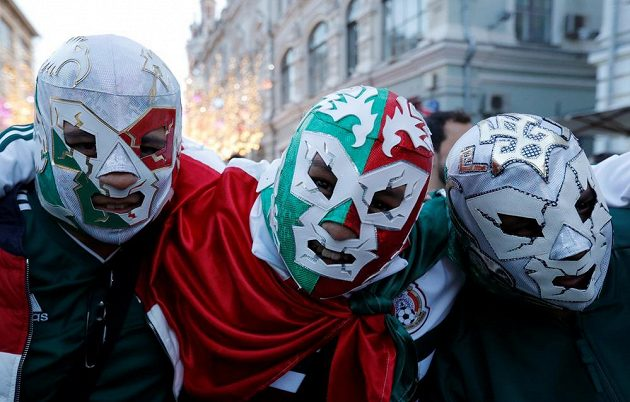 Populární herec a zápasník El Santo už sice nežije, i tak najdeme v Mexiku stále dost luchadores, neboli wrestlingových zápasníků s typickými maskami. Někteří z nich si navíc našli cestu i do Ruska, aby podpořili svůj národní tým.