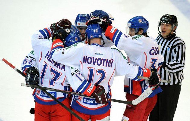 Čeští hokejisté se radují z gólu Jaroslava Hlinky.