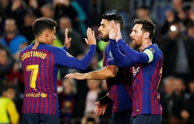 Barcelonské hvězdy slaví. Lionel Messi slaví se spoluhráči Philippem Coutinhem a Luisem Suárezem vstřelený gól.