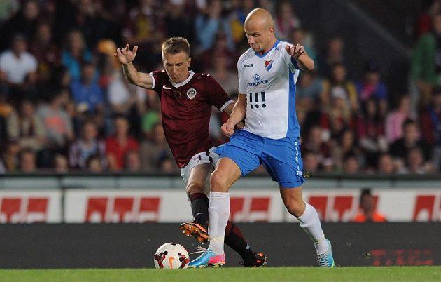 Martin Lukeš (vpravo) v podzimní ligové části ještě v dresu Baníku. Na snímku bojuje o míč se sparťanem Bořkem Dočkalem.