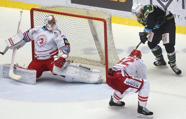 Útočník Matěj Zadražil střílí třetí branku Karlových Varů, třinecký brankář Peter Hamerlík už zasáhnout nestačil.