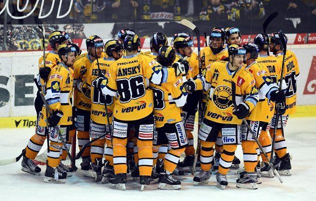 Litvínovští hokejisté se radují z vítězství nad Karlovými Vary.