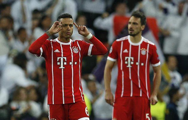 Fotbalisté Bayernu (zleva) Thiago a Mats Hummels po druhé inkasované brance od Realu Madrid.